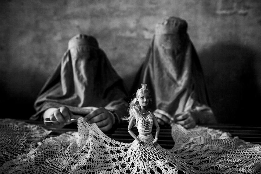 © Majid Saeedi / Courtesy Prix Lucas Dolega. 2010. Source : polkamagazine.com A Kandahar, deux Afghanes apprennent à fabriquer des poupées lors d'un atelier, organisé par l'ONG Mercy qui tente de faire prendre conscience aux femmes de leurs droits.