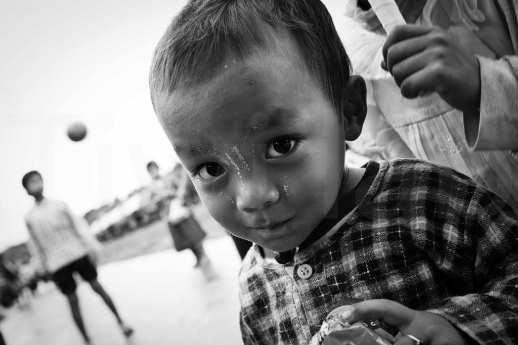 Sourire timide ? Sur un quai de gare_Myanmar